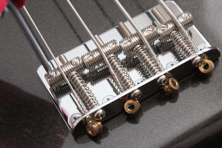 マイナスドライバーを用いる弦高調節