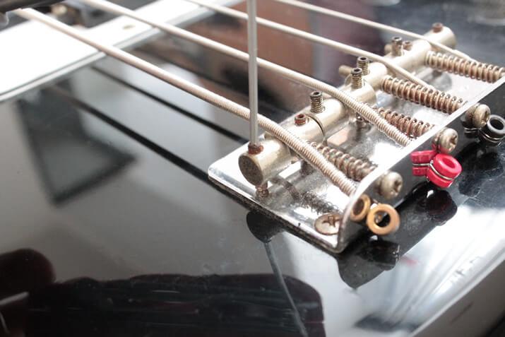 六角レンチを用いる弦高調節